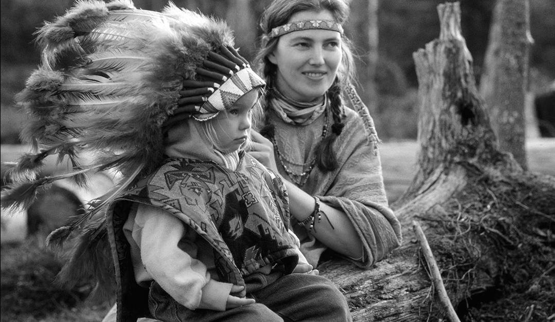 Iriadamant. Elokuussa 1991 Sanginjoelle majoittui joukko elämäntapaintiaaneja, ihmisiä monista maista ja kulttuureista, jotka haaveilivat elämästä luonnossa alkuperäiskansojen tapaan. Leirissä vieraili myös paikallisia hämmästelemässä vaihtoehtoista elämäntapaa. Kuva Ilpo okkonen (Oulu -kirja 2015, Ilpo Okkonen)